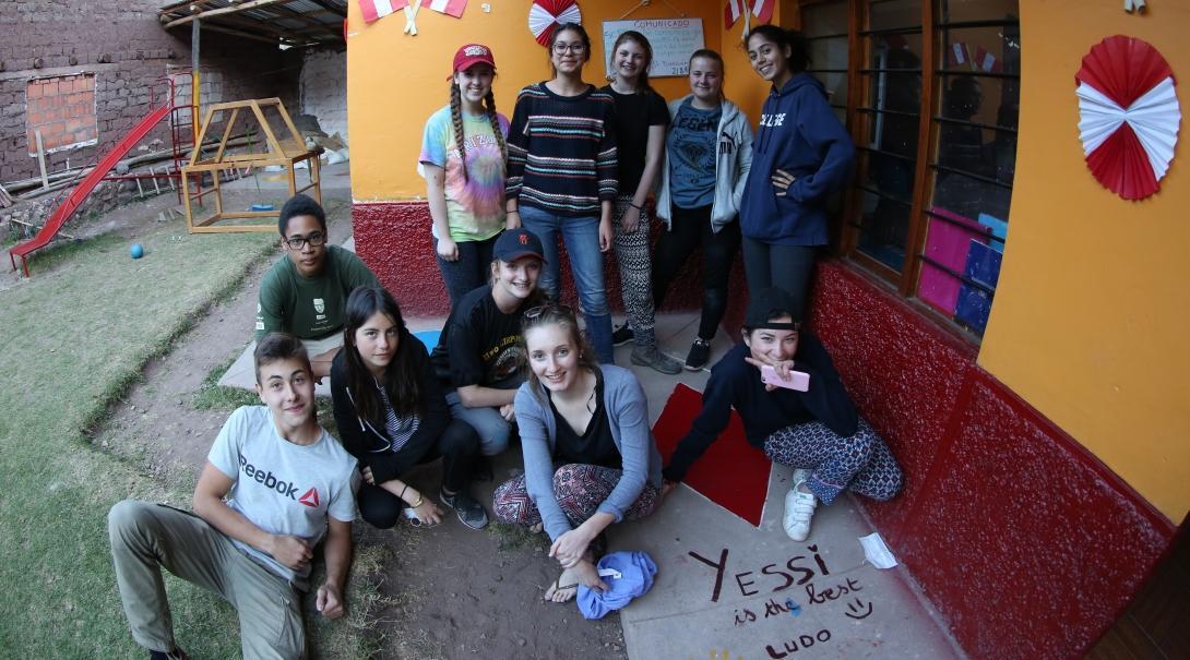 Projects Abroad vrijwilligers op groepsreis doen werk binnen de gemeenschap en vinden even ontspanning tussendoor in Peru.